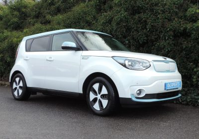 Kia Soul EV 30kWh (2017) Pearl White / contrasting blue roof and accents / Grey cloth