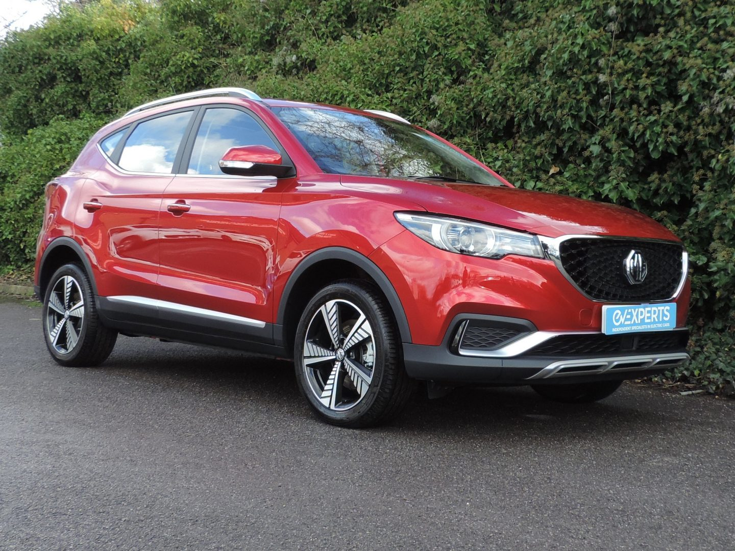 MG ZS Exclusive 44 kWh (2020) Dynamic Red / Black interior